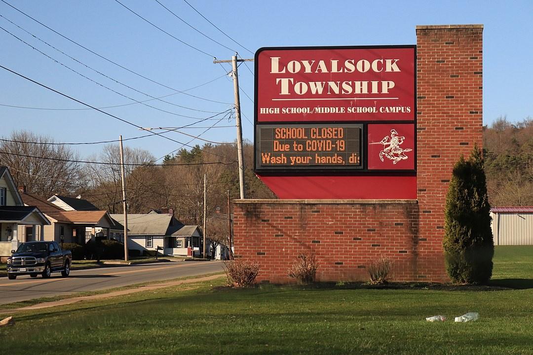 Электронная вывеска сообщает о закрытии государственных школ из-за COVID-19.