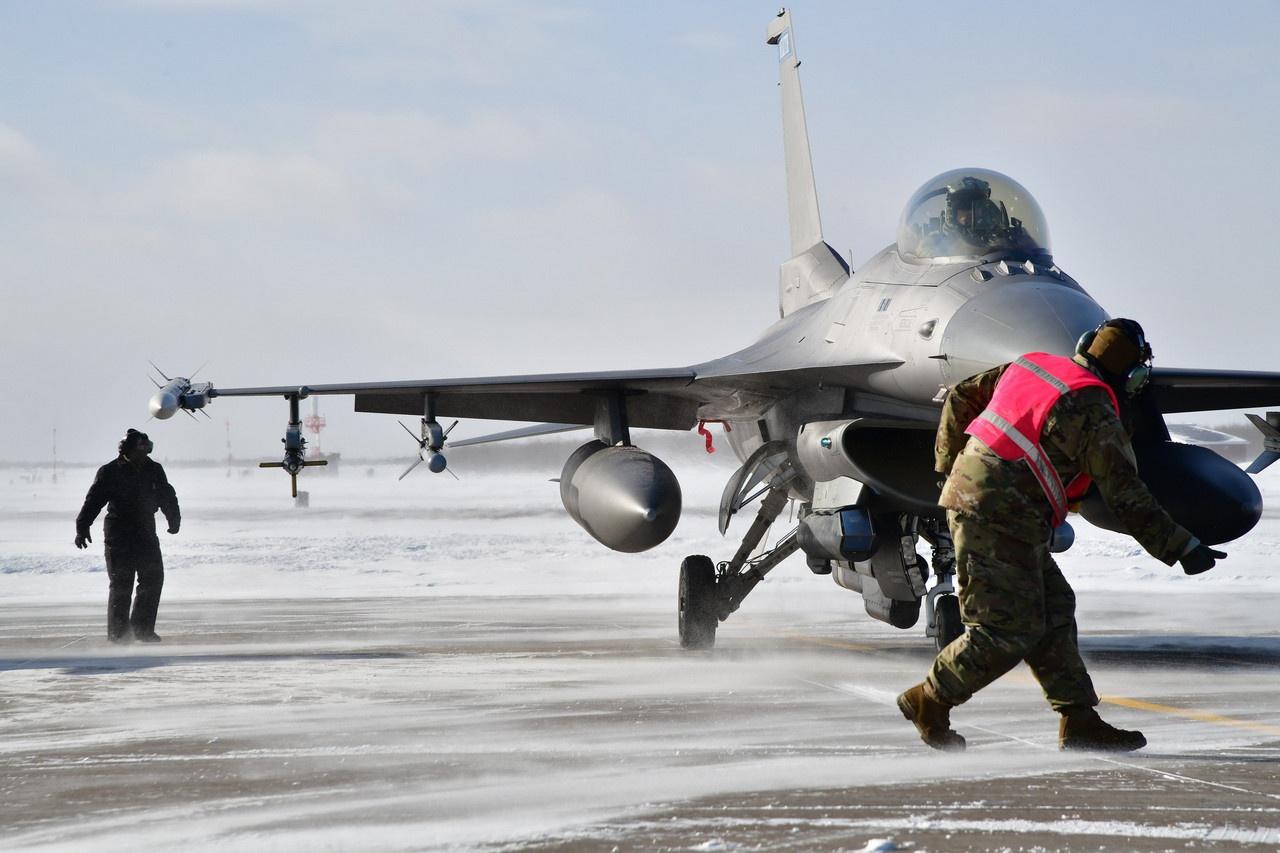 Служащие 148-го истребительного авиакрыла ВВС Национальной гвардии Миннесоты направлены для участия в манёврах «Объединённое жало».
