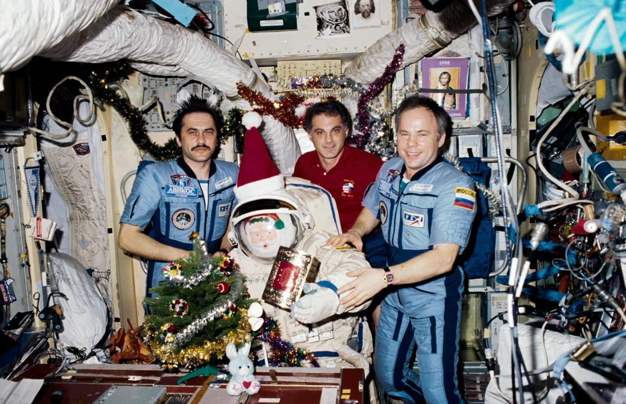 На «Мире» работали 105 космонавтов и астронавтов из 11 стран и два астронавта из Европейского космического агентства.