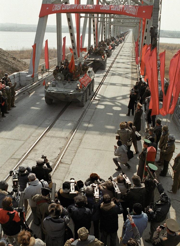 Наши замечательные дипломаты многократно сдавали победы военных. Последняя колонна советских войск пересекает афгано-советскую границу, 15 февраля 1989 года.