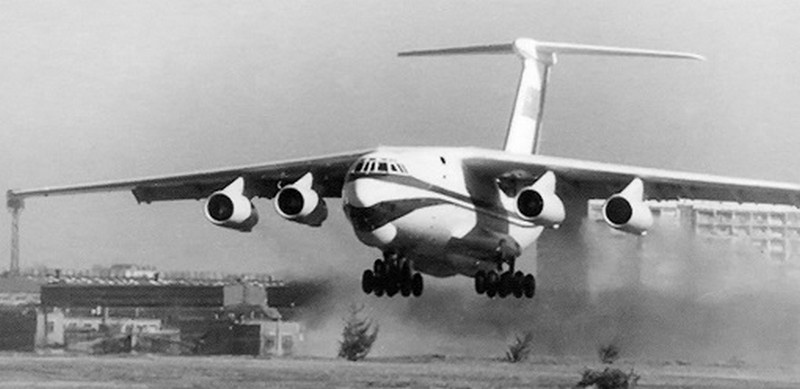 25 марта 1971 года на Центральном аэродроме им. Фрунзе в Москве экипаж под командованием заслуженного лётчика-испытателя СССР Эдуарда Козлова выполнил первый полёт тяжёлого военно-транспортного Ил-76.