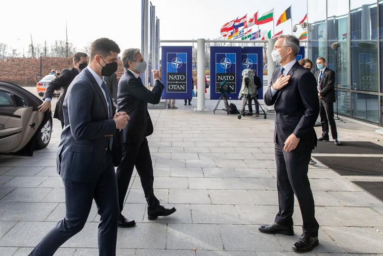 На саммит НАТО прилетел госсекретарь США Энтони Блинкен.