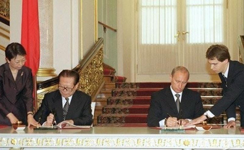 Президент РФ Владимир Путин с Председателем КНР Цзян Цзэминем во время подписания российско-китайского Договора о добрососедстве, дружбе и сотрудничестве. 16 июля 2001 года.
