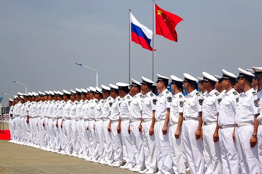 Россия и Китай уже много лет проводят совместные военные манёвры иучения регионального масштаба, на которых отрабатывают различные варианты действий по отражению агрессии.