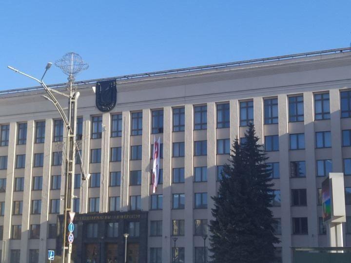 Флаг, вывешенный в окне центрального корпуса Белорусского государственного университета.