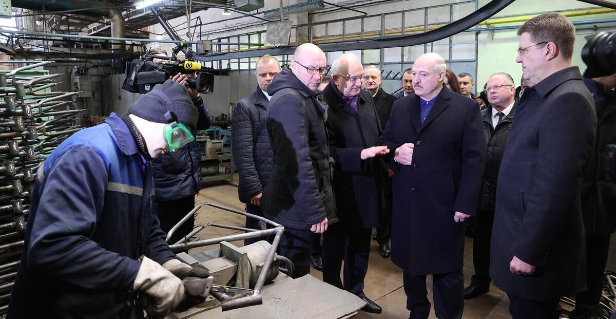 Лукашенко активно встречается с трудовыми коллективами, обещает им политическую реформу уже через год.
