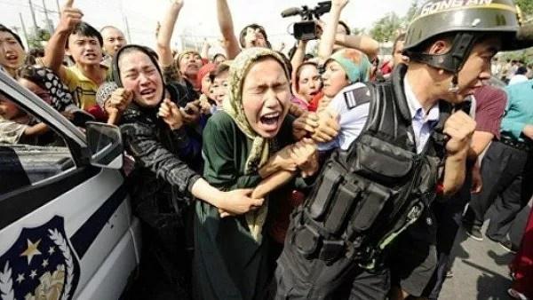 Демонстрация уйгуров-мусульман в Пекине.