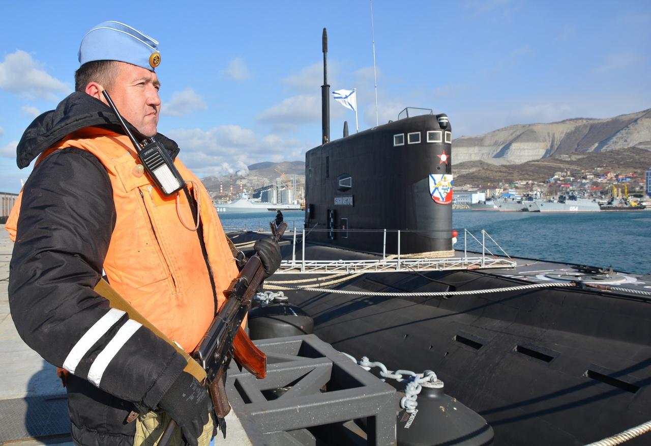 Подводная лодка «Великий Новгород» у новороссийского пирса.