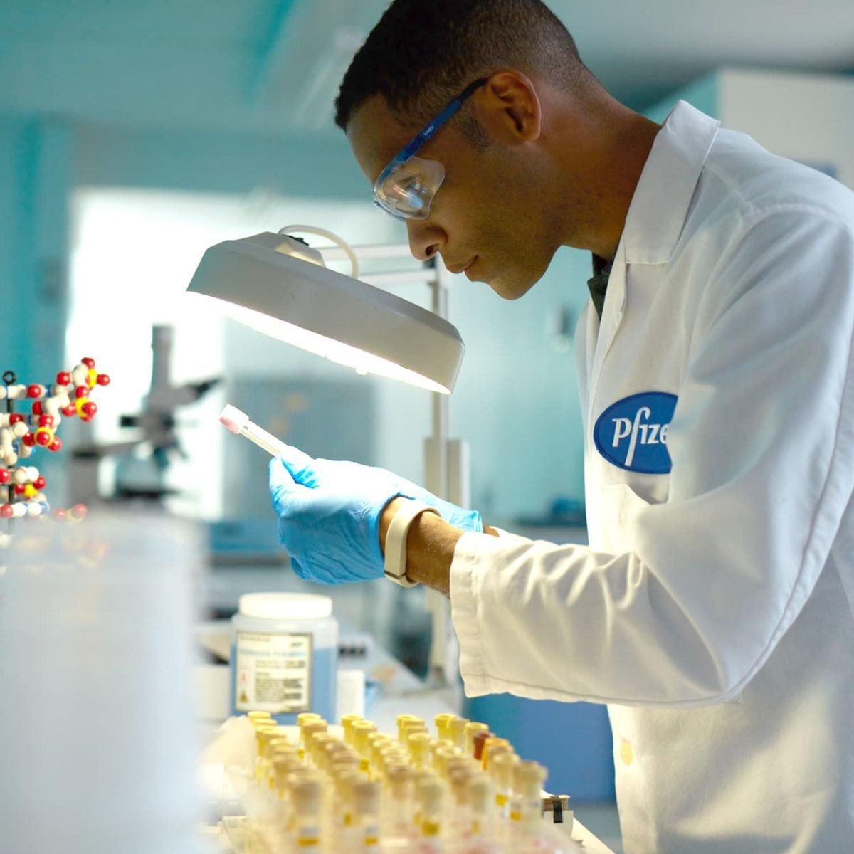 «Файзер» поставляет в Израиль большое количество прививок, так что большинство израильтян уже вакцинировалось и сейчас на очереди - дети и младенцы.