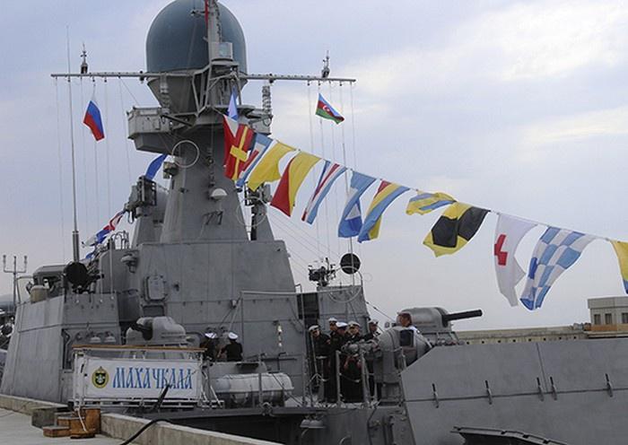 Малый артиллерийский корабль «Махачкала» проекта 21630 (шифр «Буян») типа «река-море», предназначен для усиления надводных сил Каспийской флотилии в ближней морской зоне и на речных участках.