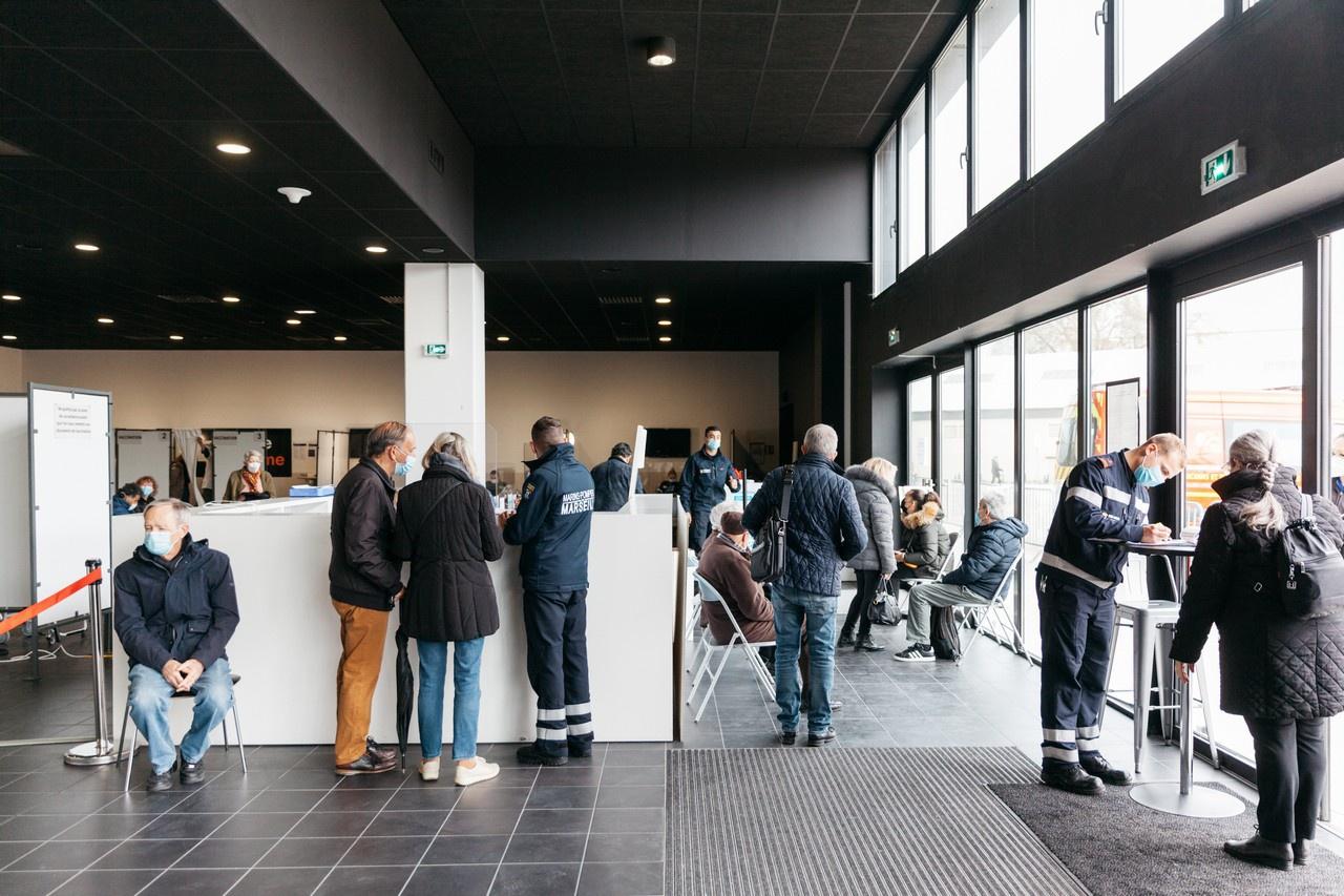 В Марселе был открыт гигантский центр вакцинации.
