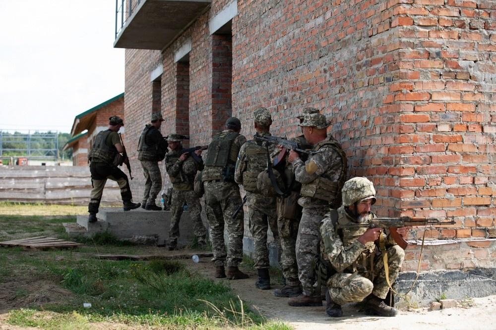 Военнослужащие Вооружённых сил Украины отрабатывают городские операции под руководством инструктора в Центре боевой подготовки в Яворове, Украина.