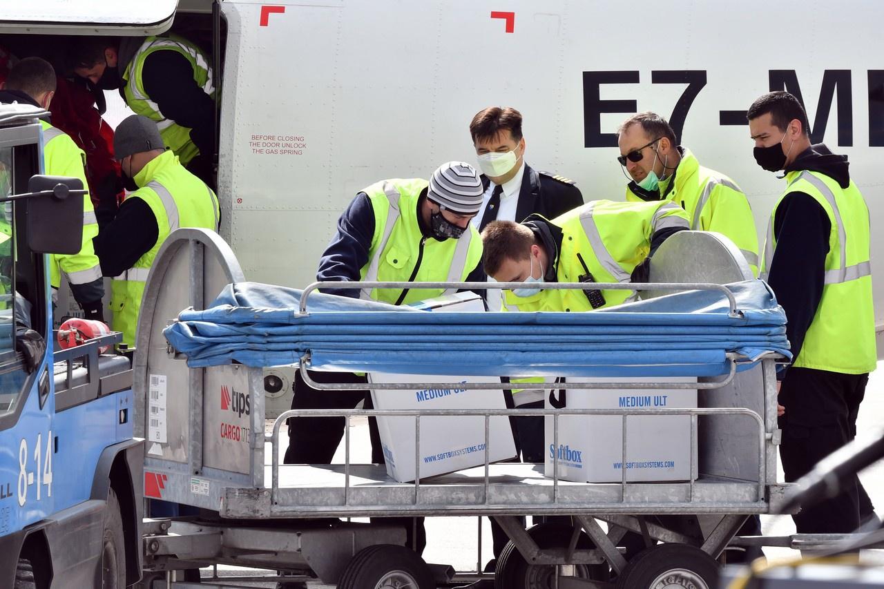 Коробки с вакциной Pfizer выгружаются в аэропорту Сараево в Боснии в рамках программы COVAX. Март 2021 г.