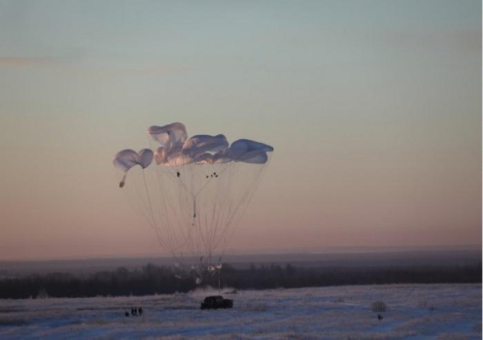 Более 1.500 военнослужащих десантировались в рамках лётного тактического учения Центра боевого применения и переучивания ВТА в Костромской области.