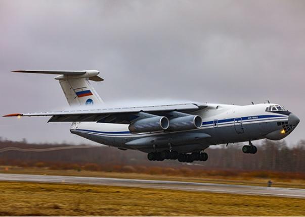 Экипажи четырёх самолетов Ил-76 отработали заход на посадку на захваченную парашютистами взлётно-посадочную полосу.
