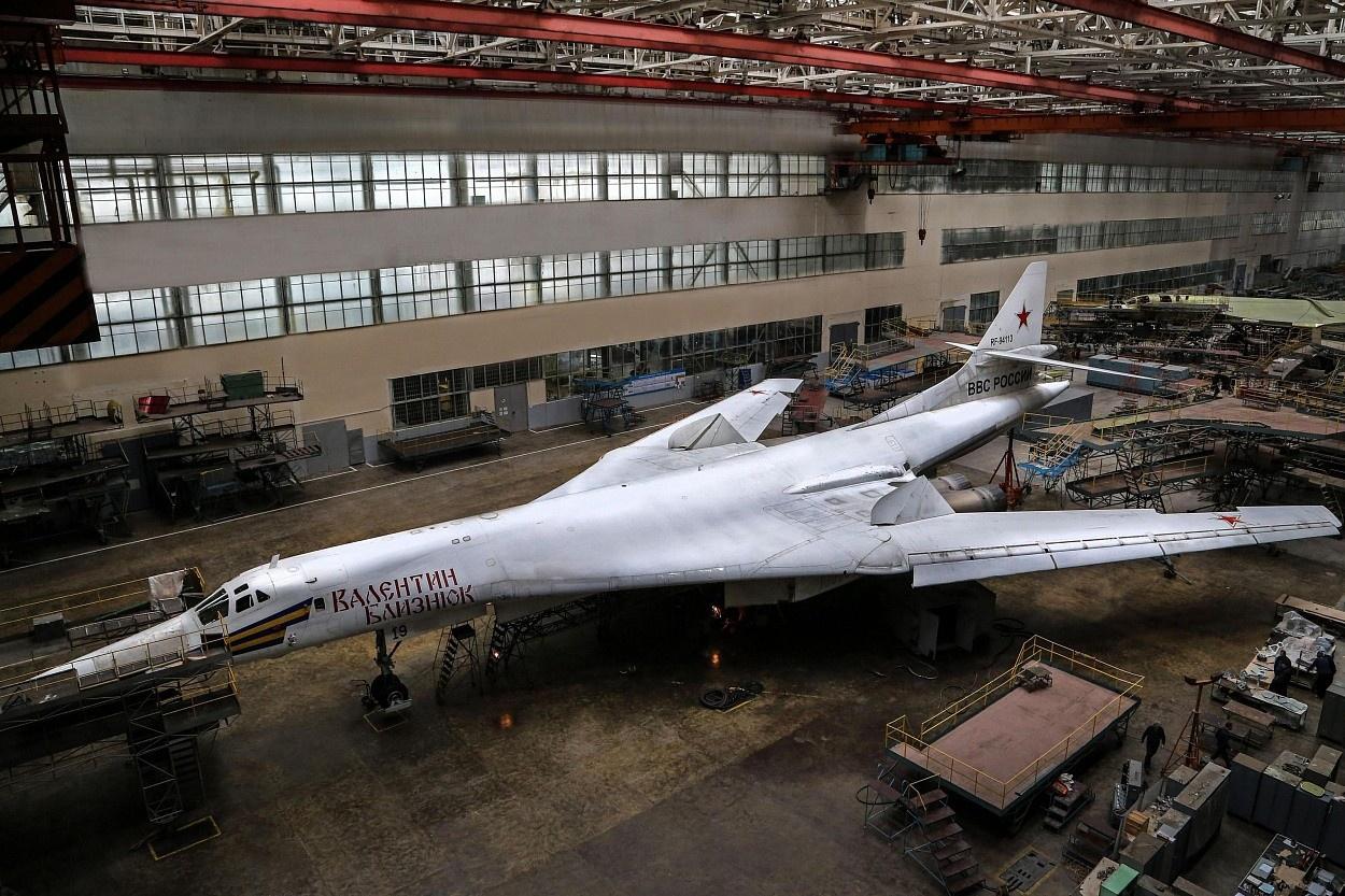 Ту-160 - сверхзвуковой стратегический бомбардировщик-ракетоносец с крылом изменяемой стреловидности.