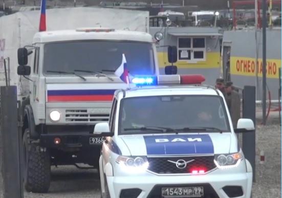 На азербайджанскую сторону российским военным автомобильным транспортом на днях была обеспечена перевозка двух партий «гуманитарки» общим весом 310 тонн по маршруту Мадагиз-Кельбаджар.