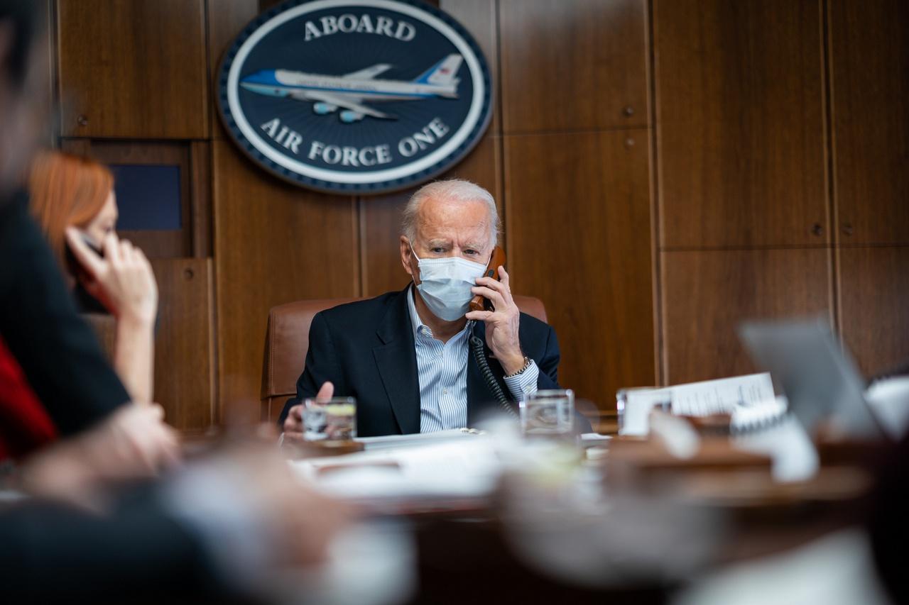 Президент США Джозеф Байден дозвонился до уже потерявшего надежду услышать голос своего заокеанского патрона Владимира Зеленского и пообещал помощь «в случае нападения России».