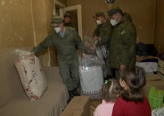 Миротворцы продолжают работу по доставке населению региона адресной гуманитарной помощи.