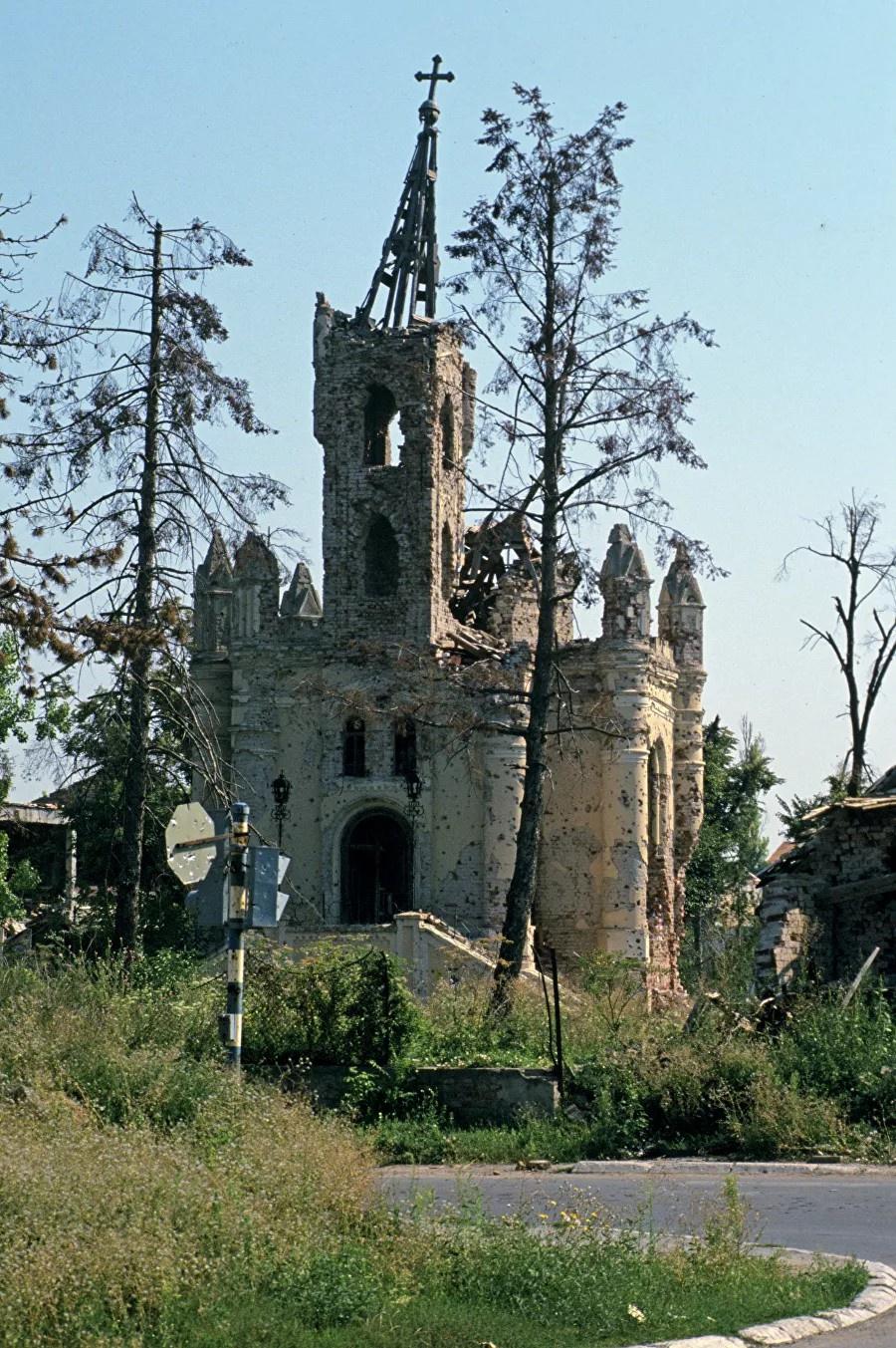 Хорваты и мусульмане рушили православные церкви. Московская и Сербская патриархия молчали, забыв сонмы своих убитых подвижников. Разрушенная церковь в городе Вуковаре. Напоминает русские, разрушенные большевиками?