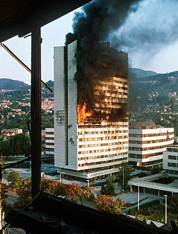 НАТО умеет давить своих противников, воровски, со спины. Горящее здание Парламента в центре Сараева (1992).