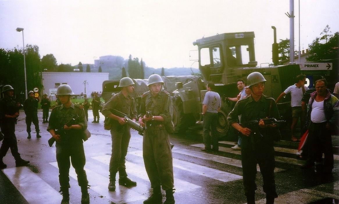 В июне 1991 года Хорватия и Словения синхронно объявили о независимости. В ответ югославская национальная армия развернула боевые действия. И совершила все ошибки, которые только можно.