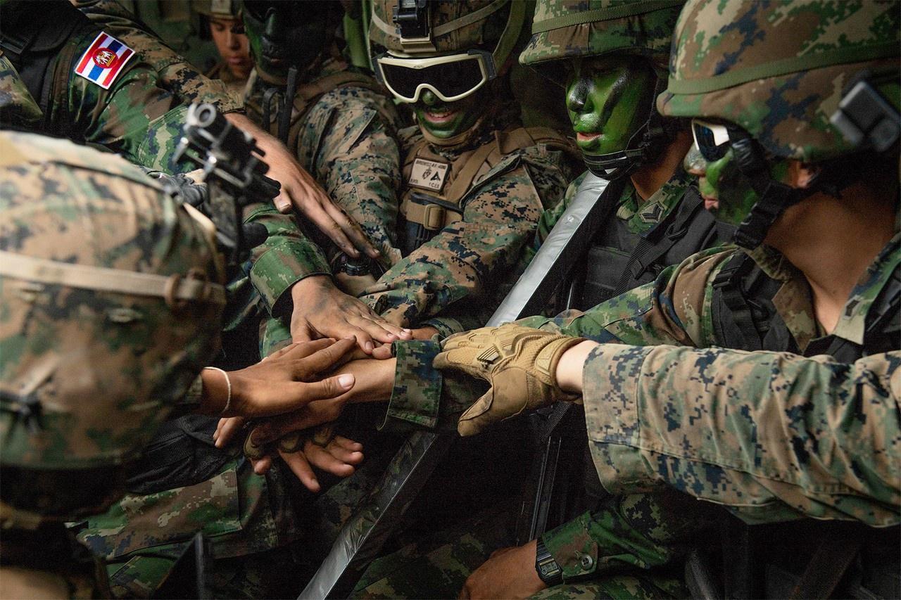 Морские пехотинцы США и Таиланда перед проведением общевойсковых учений.