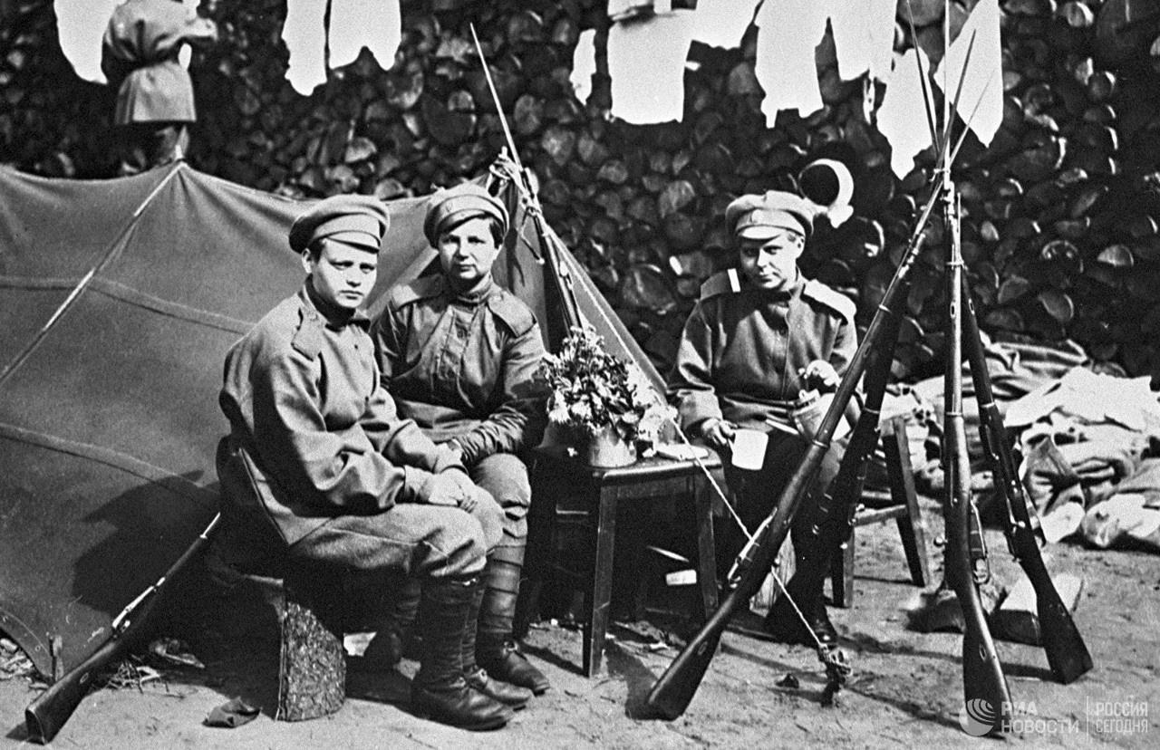 Бойцы женского ударного «Батальона смерти», созданные Временным правительством, сидят около палатки с винтовками системы Мосина. Петроград, 1917 год.