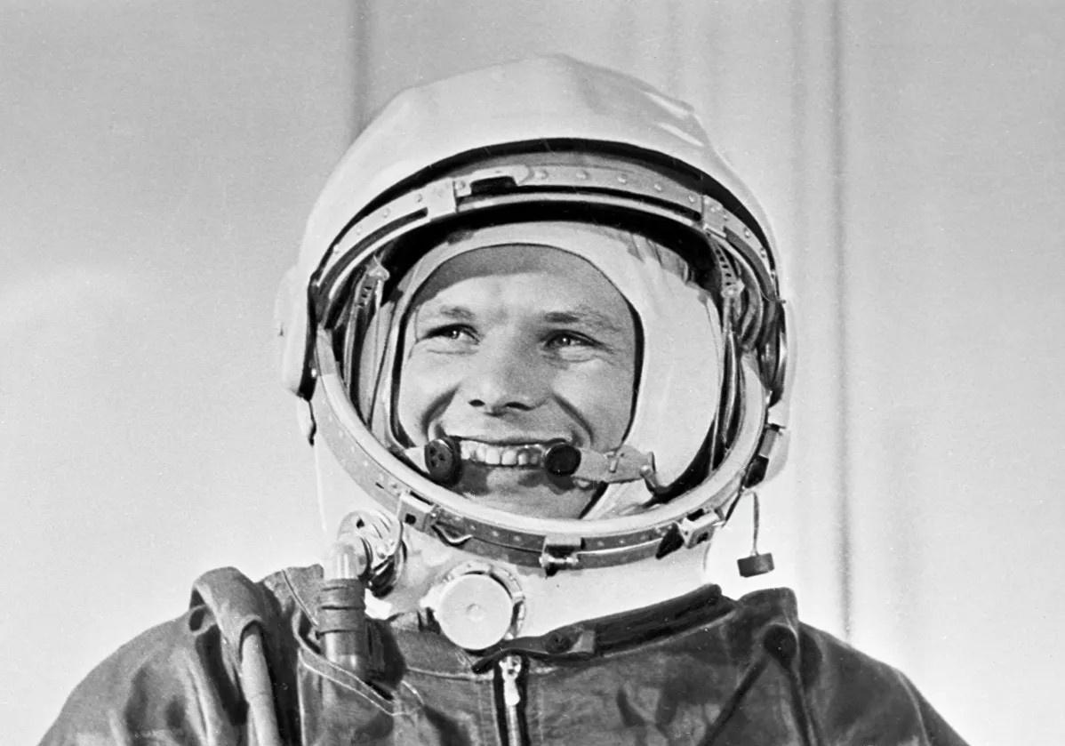 Первый человек, полетевший в космос, лётчик-космонавт, Герой Советского Союза Юрий Алексеевич Гагарин.