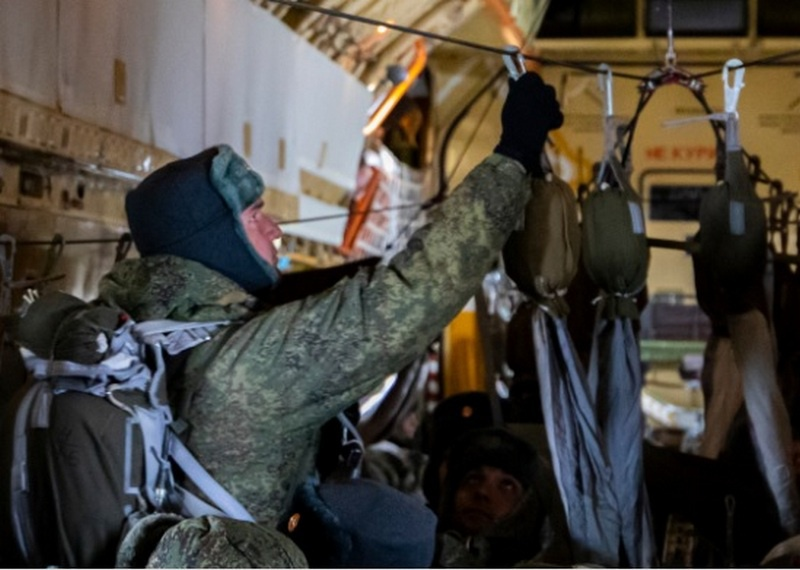 Боевая техника и более 500 военнослужащих ВДВ десантировались для захвата аэродрома условного противника в Ульяновской области.