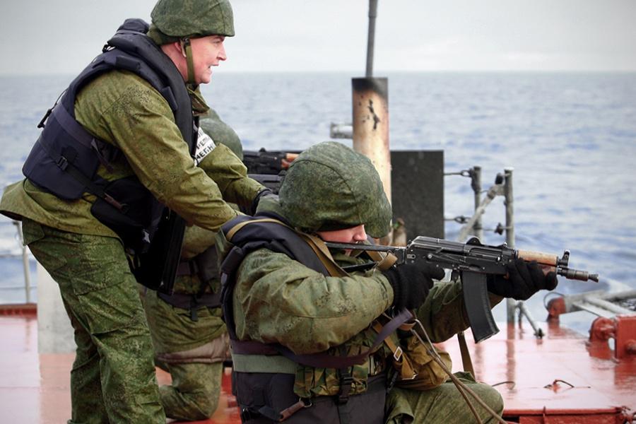 Работает корабельная противодиверсионная группа.