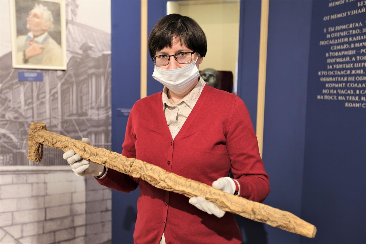 Трость Суворова в руках у сотрудницы Музея военной формы одежды. Февраль 2021 г.