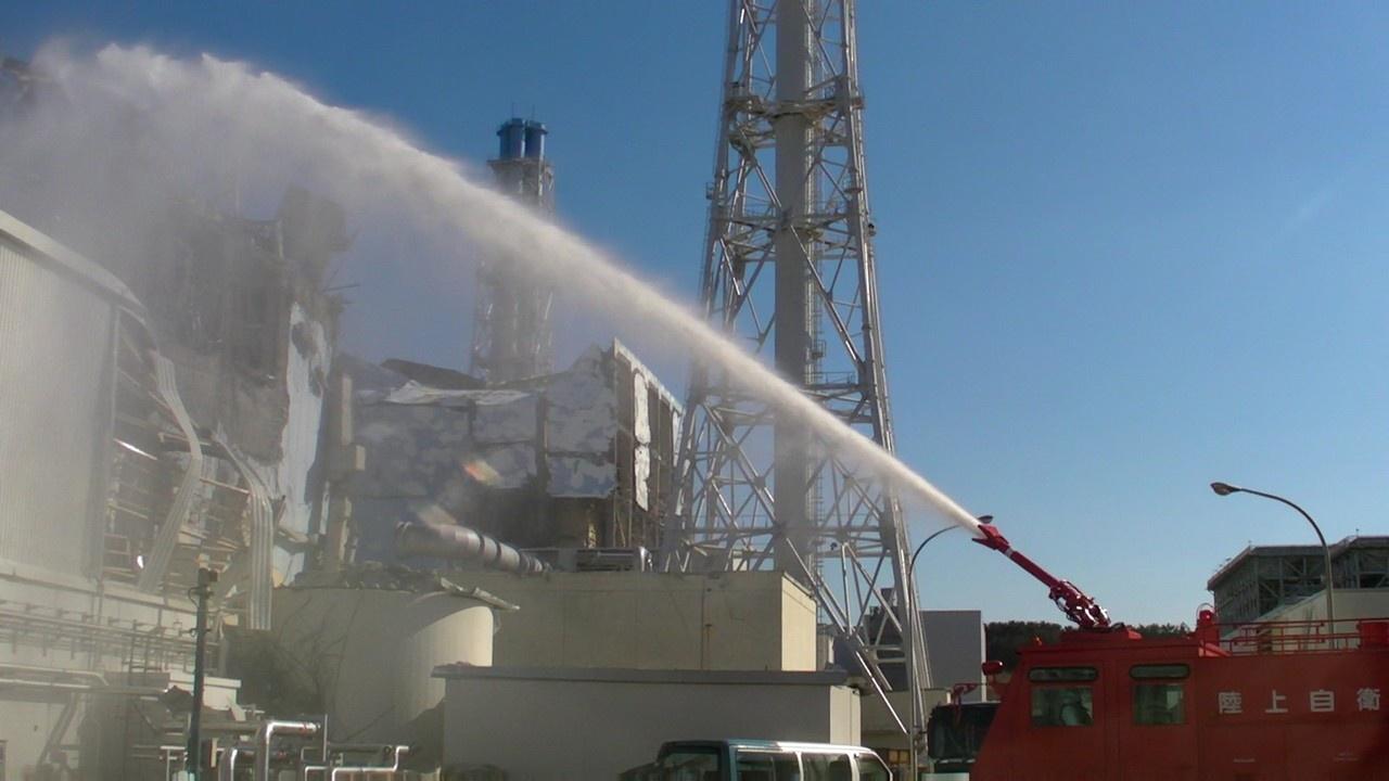 Пожарные машины на работах по ликвидации аварии на блоке № 3.