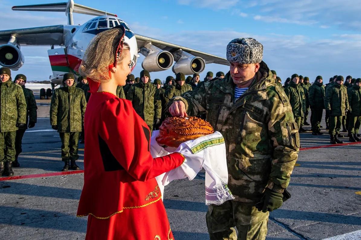 Белорусских коллег встречают на военном аэродроме хлебом и солью.