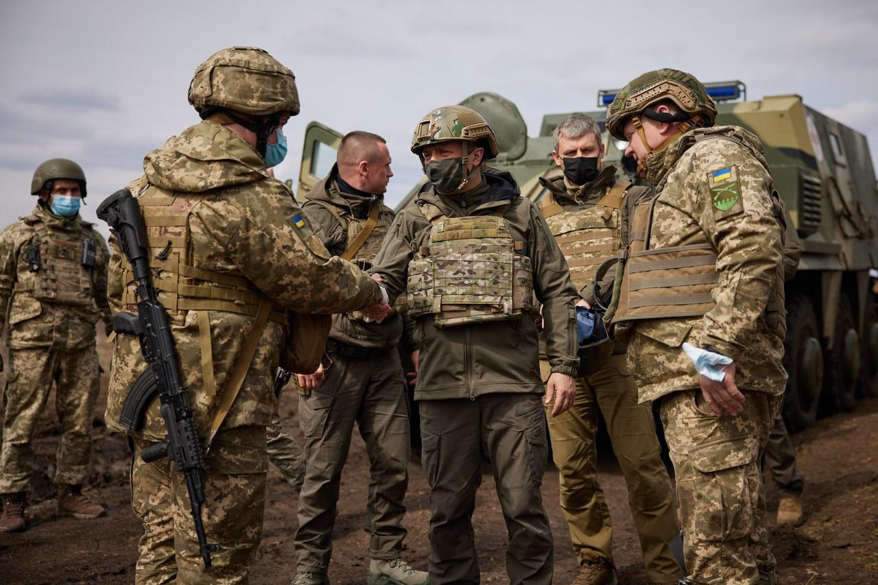 Визит Владимира Зеленского на линию соприкосновения показал, что украинские войска, знающие о концентрации российских подразделений в Западном и Южном военных округах, морально не готовы массово идти под пули.