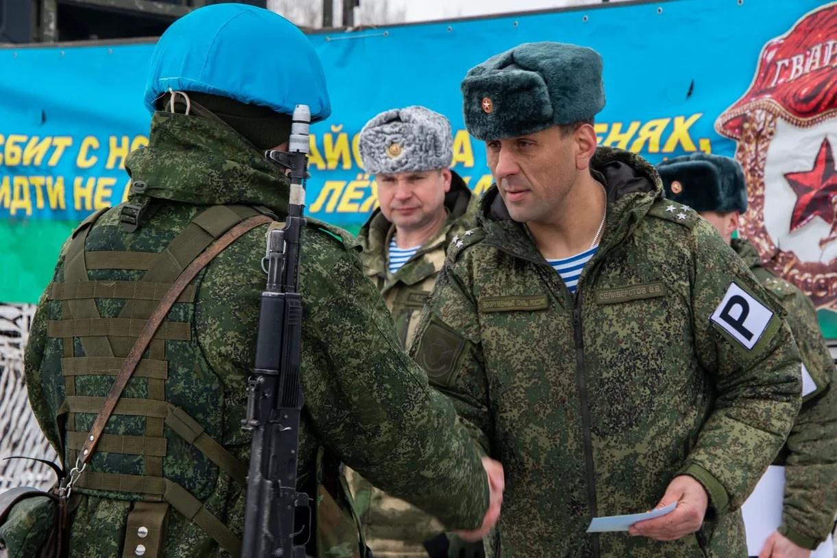 Полковник Селивёрстов вручает награды бойцам, отличившимся в ходе учений.