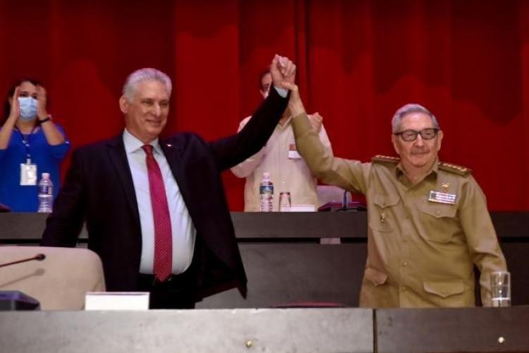 Первый секретарь ЦК Компартии Кубы Рауль Кастро и президент Кубы Мигель Диас-Канель на VIII съезде партии в Гаване.