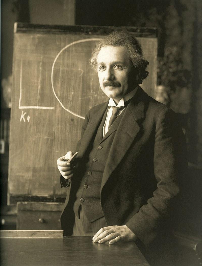 Альберт Эйнштейн об атомной войне: «Я не знаю каким оружием будут сражаться в третьей мировой войне, но в четвёртой точно будут сражаться камнями и палками».