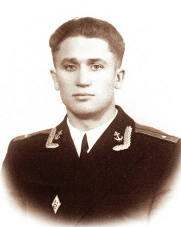 В армии не принято оспаривать решение командиров, и лейтенант должен был выполнить поставленную ему задачу, причём на отлично.