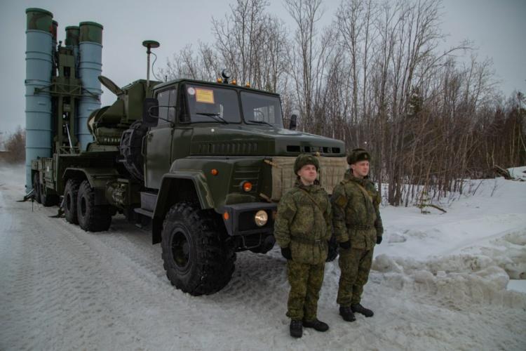 Расчёт зенитного ракетного дивизиона приведён в повышенную боевую готовность.