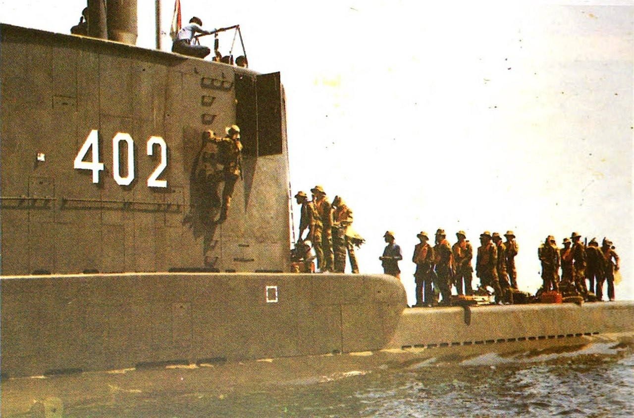 Индонезийская подводная лодка KRI Nanggala (402) на военно-морских учениях в Восточном Калимантане, 1992 год.