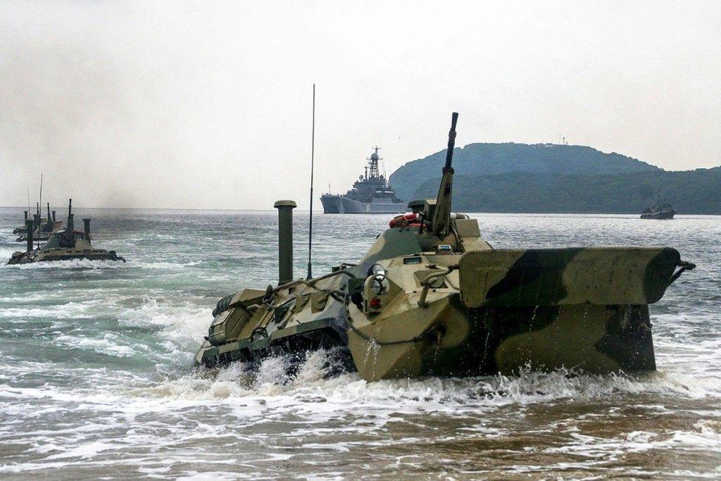 Морпехи-тихоокеанцы десантируются на необорудованное побережье.