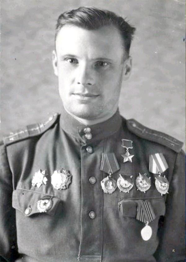 Лётчик Николай Кирток.