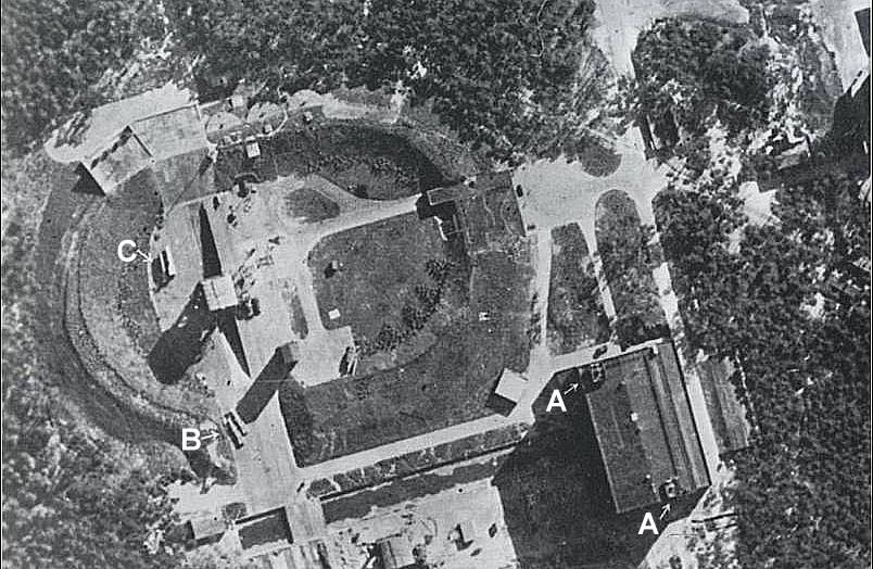 Снимок площадки со стартовым столом и двумя «Фау-2» в горизонтальном положении. 23 июня 1943 г.