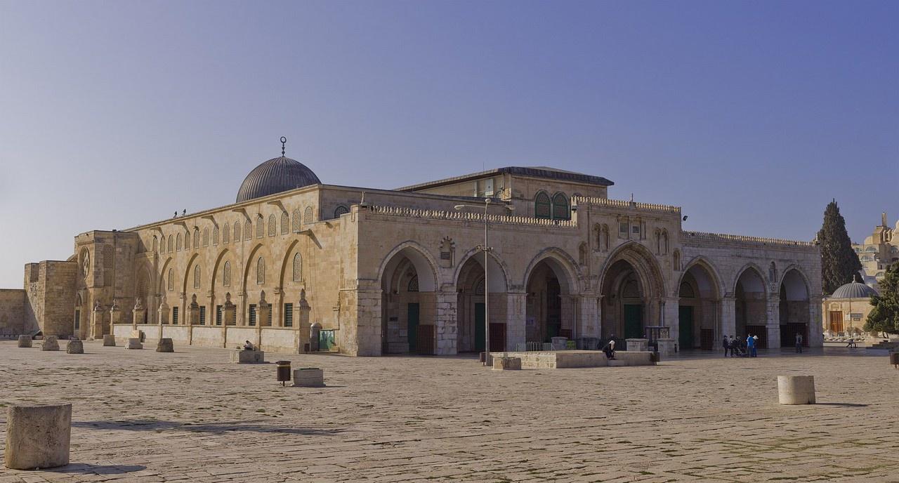 Конфликт в Иерусалиме разгорелся из-за старинной и священной мечети Аль-Акса на Храмовой Горе, которую мусульмане особо почитают наряду с Меккой и Мединой.
