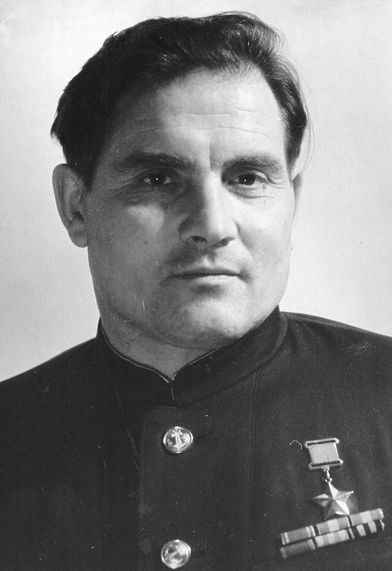 Михаил Петрович Девятаев родился в Мордовии, учился в Казанском речном техникуме, а по вечерам летал в аэроклубе общества Осоавиахима.