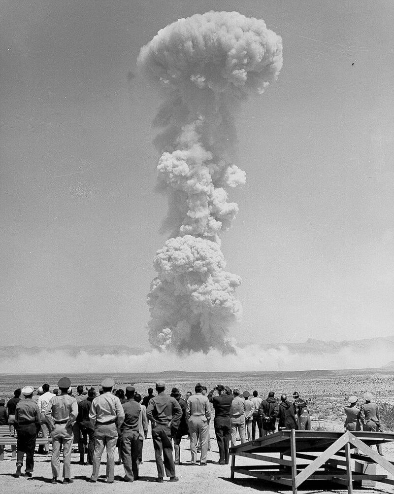 Двухсотметровое облако над территорией Frenchman Flat после взрыва Teapot «MET» 15 апреля 1955, 22 кт. Этот снаряд имел редкую сердцевину из урана-233.