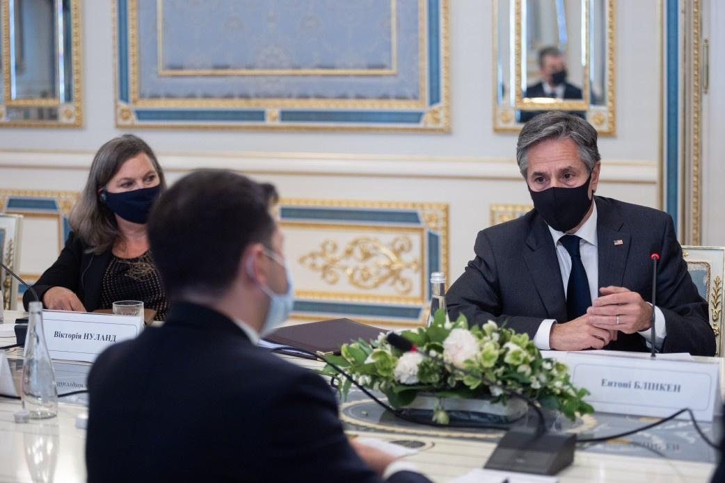 Госсекретарь США Энтони Блинкен побывал с двухдневным визитом на Украине в сопровождении замгоссекретаря по политическим вопросам Виктории Нуланд, известной раздачей печенек активистам и боевикам во время провокаций на Майдане.