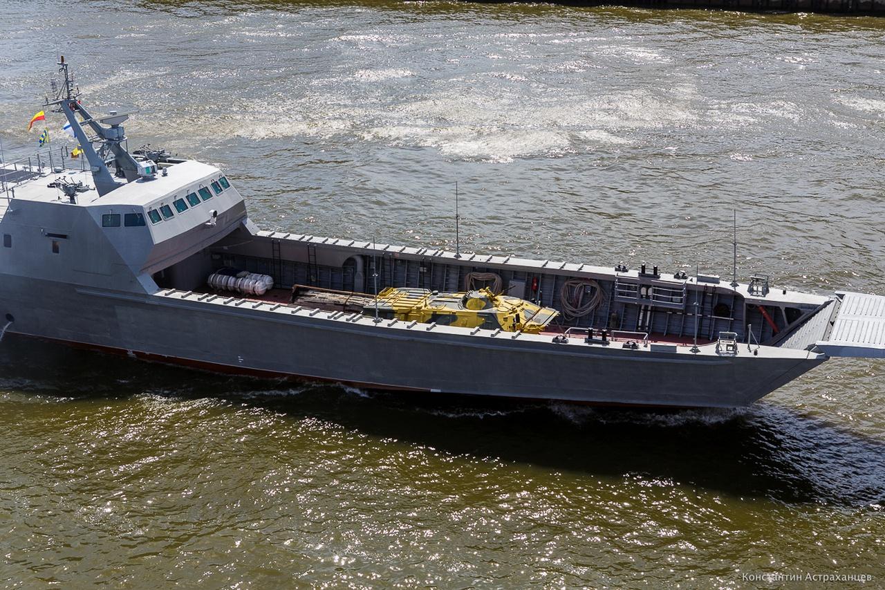 Один из десантных катеров на переходе морем.