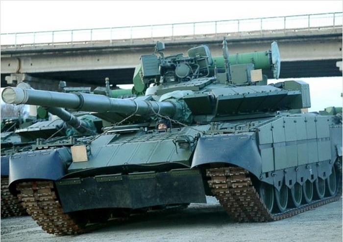 Впервые танки Т-80БВМ поступили на вооружение мотострелкового соединения ВВО.
